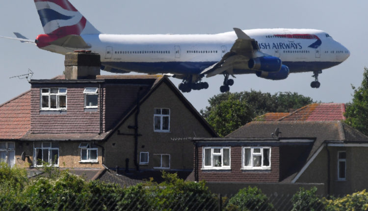 Magyarország sem hagy leszállni brit repülőgépeket, egyre több ország zárja karanténba az Egyesült Királyságot – Index