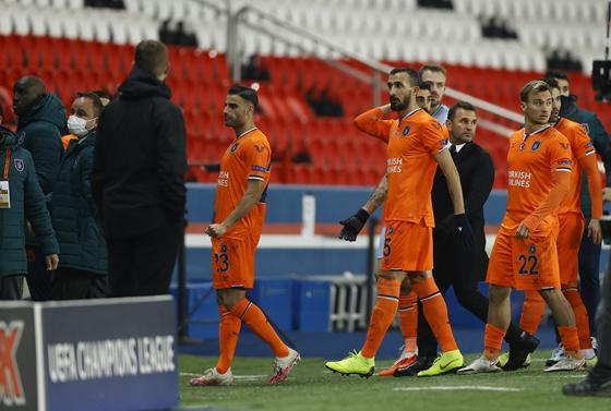 Sport: Bajnokok Ligája: Félbeszakadt a PSG-Basaksehir mérkőzés – hvg