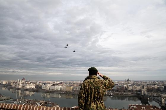 Így repültek Budapest felett az utolsó Pumára emlékező Gripenek – videó – hvg