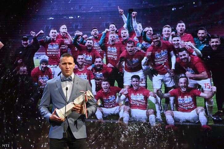 Könyves Norbert a magyar labdarúgó válogatott tagja miután átvette az Év csapata a hagyományos sportágakban díjat