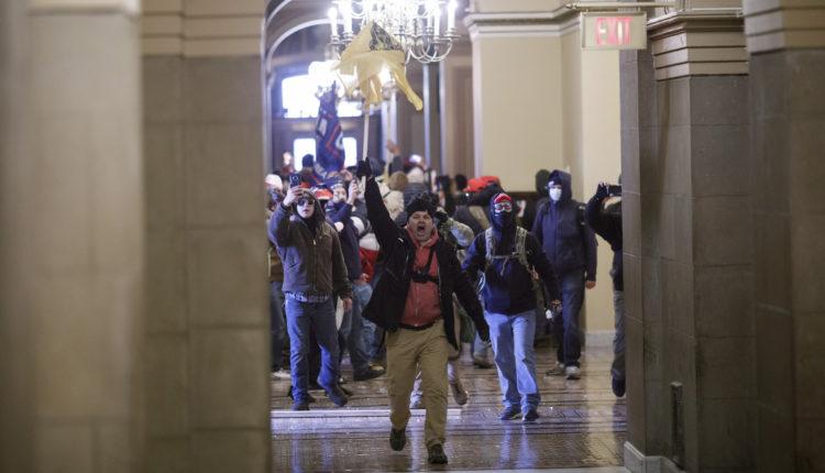 Megrohamozták a Capitoliumot Trump támogatói – Előkerültek a fegyverek, több súlyos sérült van – Portfolio
