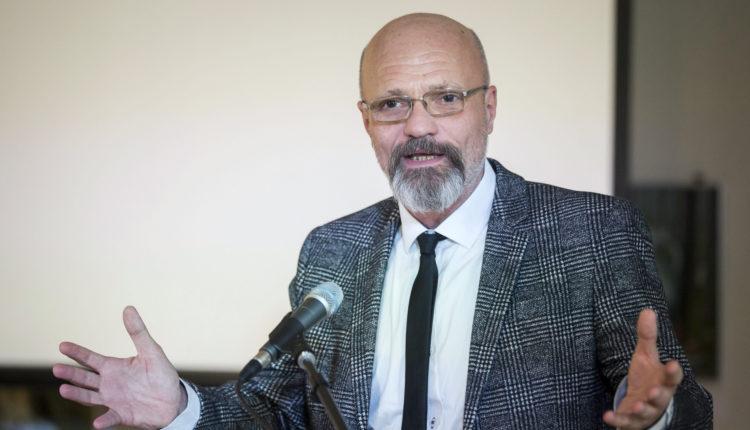 Zacher Gábor: ködösítenek a hatóságok a kínai vakcinával kapcsolatosan, egyelőre még nem oltatna – Portfolio