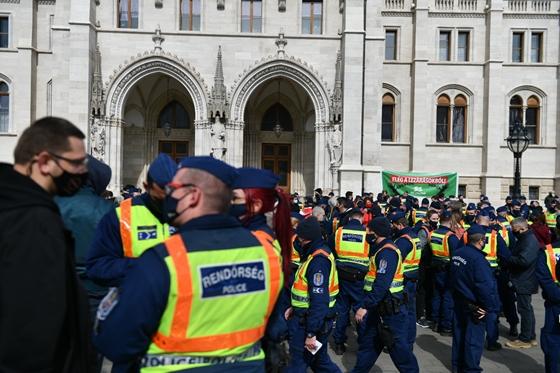 Egy politikus azt állítja, rendőrök gumibotozták Budapesten, de nem tesz feljelentést – hvg