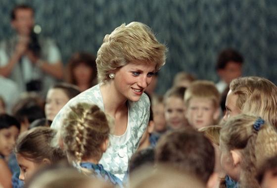 Harry herceg és Meghan Markle interjúja után a sikerlistára ugrott Diana életrajzi könyve – hvg