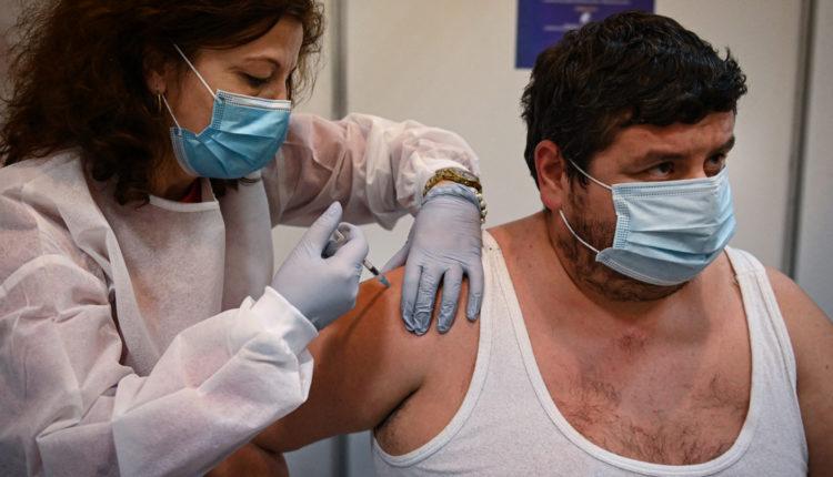 Oltási botrány Romániában: több mint hétezer ember kapta meg soron kívül a vakcinát – Index