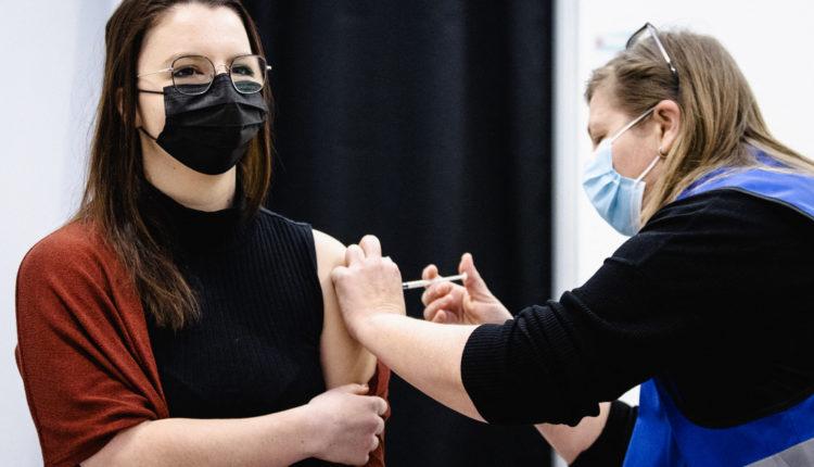 Túl sok a gyanús európai eset, Hollandia is felfüggeszti az oltást az AstraZeneca vakcinájával – Index