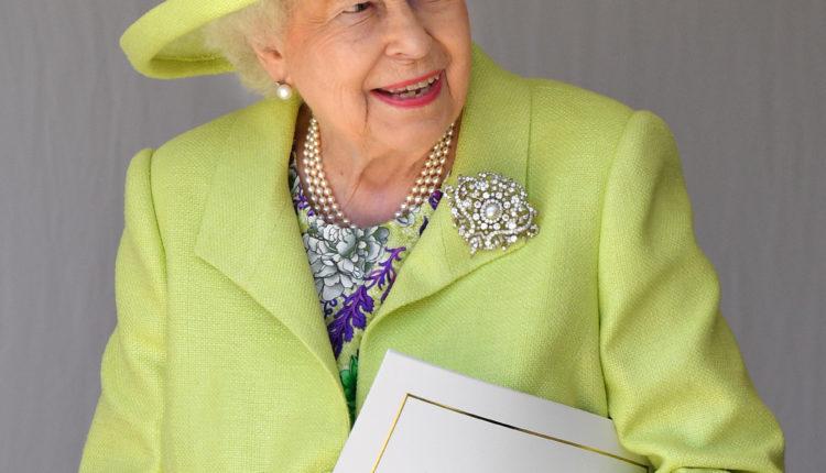 Romantikus története van a brossnak, amit Erzsébet királynő Fülöp herceg temetésén viselt – 24