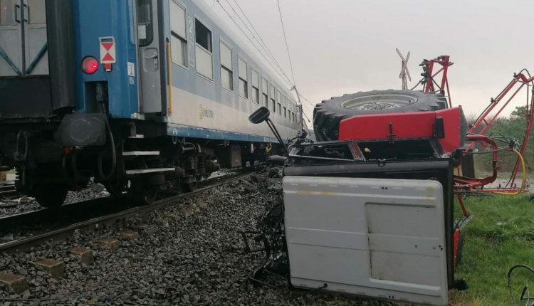 Súlyos baleset Újfehértónál, két vonattal ütközött egy traktor – Index
