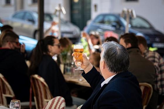 Egy immunológus szerint két oltás után se menjünk étterembe – hvg