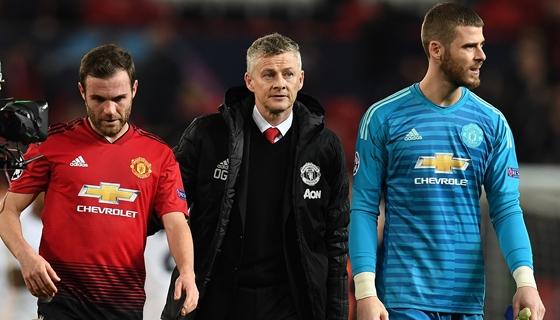 Szurkolók törtek be a Manchester United pályájára, csúszik a Liverpool elleni meccs – hvg