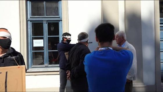 Fegyvert rántott egy Dobrev ellen tüntető férfi az egri kampányrendezvényen – hvg