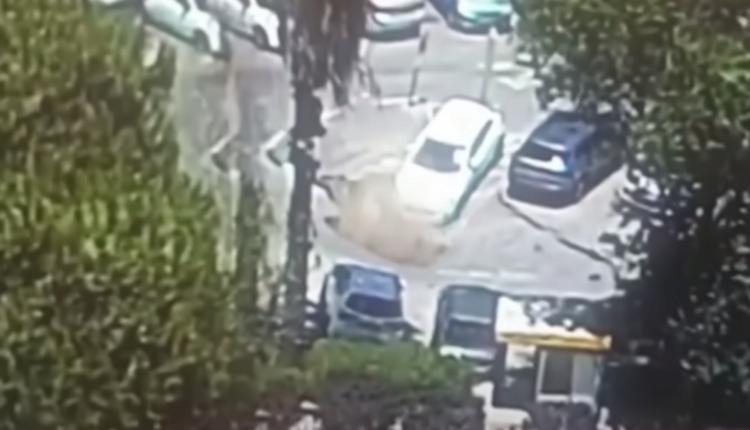 Videón, ahogy a föld elnyeli az autókat Izraelben – Index