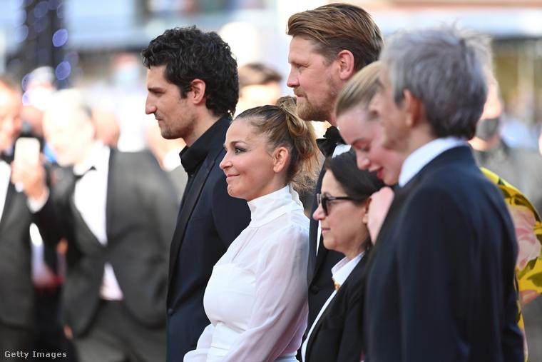 Mint az MTI írja, Enyedi Ildikó könnyeivel küszködve, meghatottan mondott köszönetet franciául a színészeknek és mindazoknak, akik a filmben dolgoztak, valamint a fesztiválnak, amely meghívta az alkotást