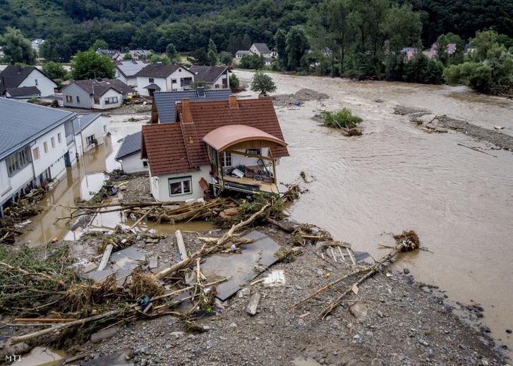 Az Ahr folyó áradása következtében megrongálódott ház a Rajna-vidék-Pfalz tartományban fekvő Insulban 2021. július 15-én