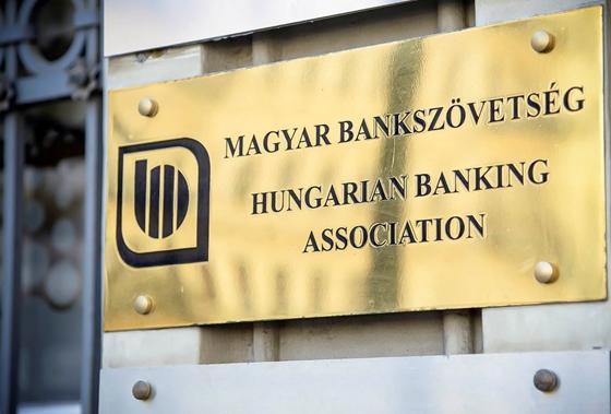 Fintorogva, de lenyeli a bankszövetség a kormány hitelmoratórium-békáját – hvg