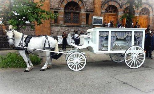 Szívszorító: Fehér lovas hintón kísérték utolsó útjára a szörnyű balesetben elhunyt 5 éves kisfiút – Bors