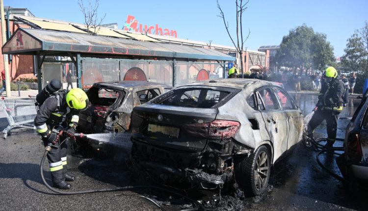 Videón, ahogy lángolnak az autók a soroksári Auchannál – Index