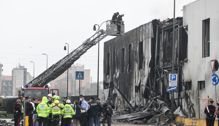 Irodaházra zuhant egy repülőgép Milánó mellett – Index