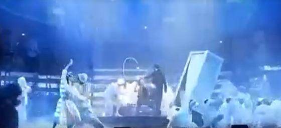 Nyilvánosságra került a videó arról, ahogy a táncosokra borul a díszlet az Operettszínház egyik próbáján – hvg